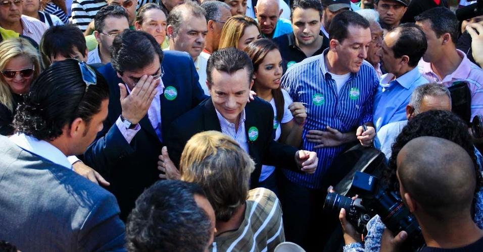 6.jul.2012 - Celso Russomanno, candidato do PRB à Prefeitura de São Paulo, caminha com eleitores em ato que marca o início da sua campanha, uma caminhada na praça da Sé (centro)