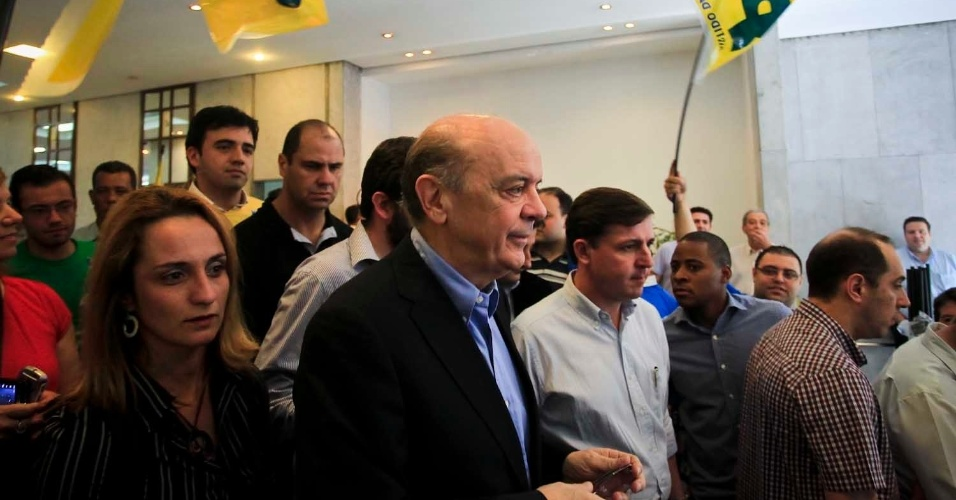 6.jul.2012 - José Serra, candidato do PSDB à Prefeitura de São Paulo, chega a ato de lançamento da sua campanha no edifício Joelma, no centro da cidade
