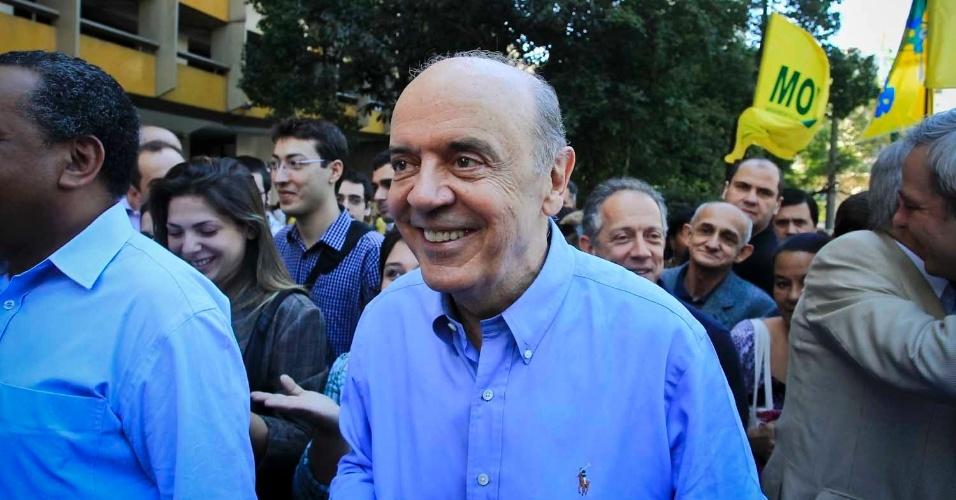 6.jul.2012 - José Serra, candidato do PSDB à Prefeitura de São Paulo, faz uma caminhada com eleitores pelo centro da cidade