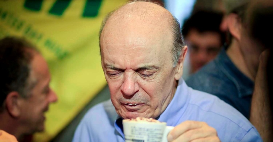6.jul.2012 - José Serra, candidato do PSDB à Prefeitura de São Paulo, toma café em uma padaria no centro