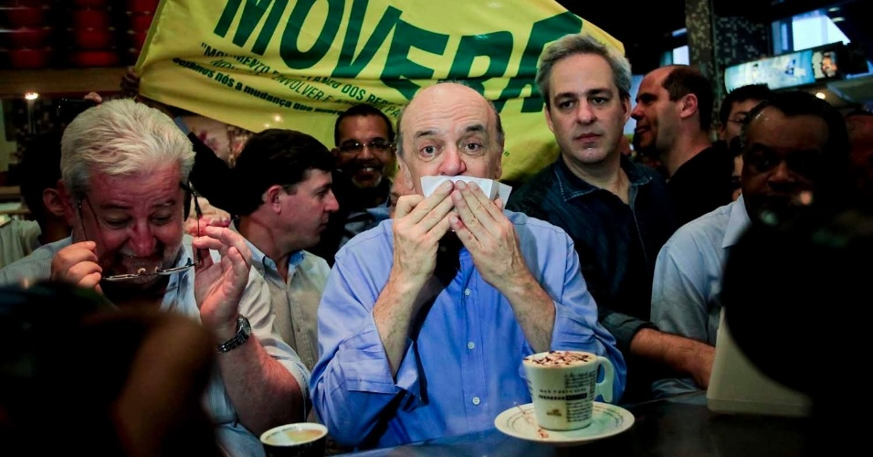 6.jul.2012 - José Serra, candidato do PSDB à Prefeitura de São Paulo, toma café em uma padaria no centro
