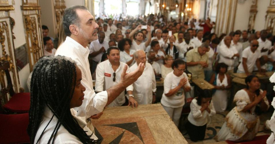 6.jul.2012 - Nelson Pelegrino, candidato do PT à Prefeitura de Salvador, reza na Igreja de Nosso Senhor do Bonfim, o santo mais popular entre os baianos