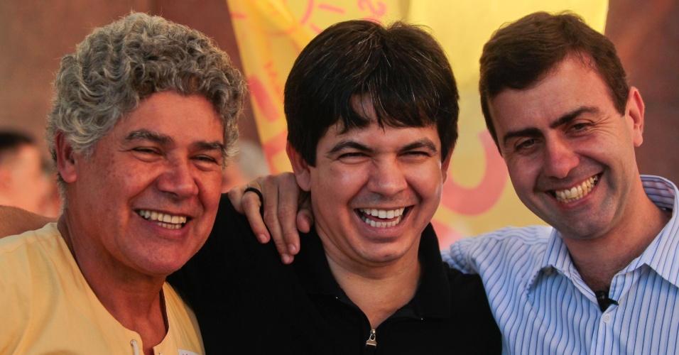 6.jul.2012 - O candidato do PSOL à Prefeitura do Rio de Janeiro, Marcelo Freixo (à dir.), começa a campanha com caminhada ao lado de integrantes do partido, o deputado federal Chico Alencar (à esq) e o senador Randolph Rodrigues (no meio)