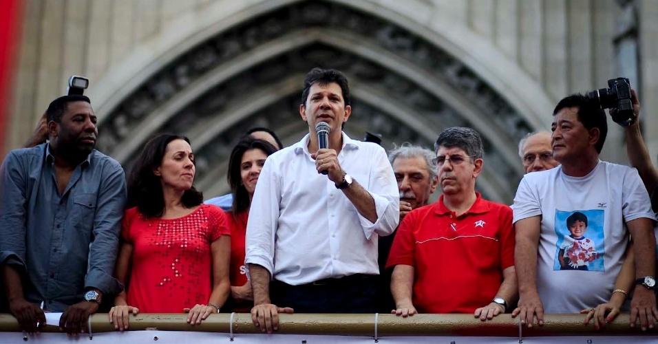 6.jul.2012 - O candidato do PT à Prefeitura de São Paulo, Fernando Haddad, discursa em palanque na Praça da Sé ao lado da candidata a vice na chapa, Nádia Campeão (PC do B), do vereador Netinho de Paula (PC do B) e de outros apoiadores