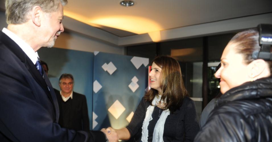 """6.jul.2012 - Os candidatos à Prefeitura de Porto Alegre José Fortunati (PDT) e Manuela D'Ávila (PC do B) se cumprimentam antes de debate na manhã desta sexta-feira (6) pela """"Rádio Gaúcha"""" e pela """"TVCOM"""""""