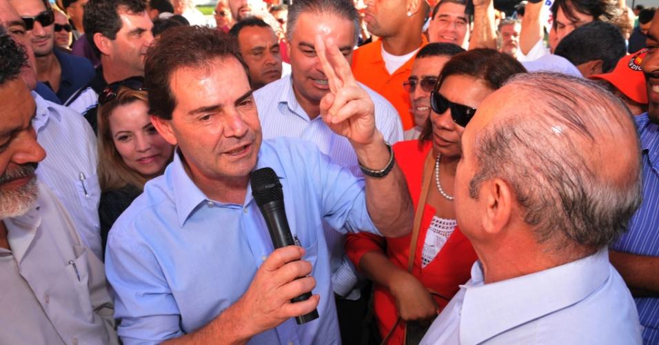 6.jul.2012 - Paulinho da Força, candidato pelo PDT à Prefeitura de São Paulo, discursa para eleitores em caminhada no Brás, zona leste da capital