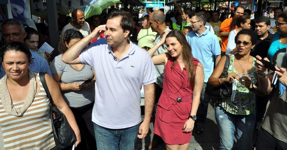 7.jul.2012 - Candidato à Prefeitura do Rio de Janeiro pelo DEM, Rodrigo Maia, e sua vice, Clarissa Garotinho (PR), caminham pelo calçadão de Bangu, na zona oeste da cidade
