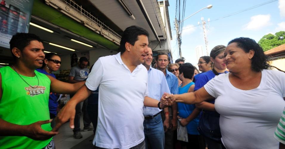 7.jul.2012 - Candidato do DEM à Prefeitura do Recife, Mendonça Filho (de branco), visita o mercado de Casa Amarela, na zona norte da capital pernambucana