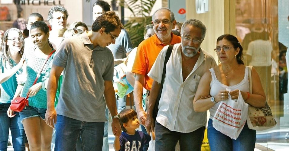 7.jul.2012 - Candidato do PMDB à Prefeitura de Salvador, Mário Kertész (de laranja), passeia em shopping da capital baiana com sua família neste sábado (7)