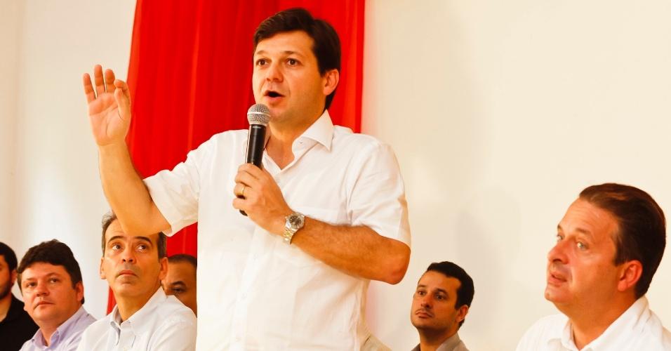 7.jul.2012 - Candidato do PSB à Prefeitura do Recife, Geraldo Júlio (de pé), participa de reunião com os candidatos a vereador da sua coligação