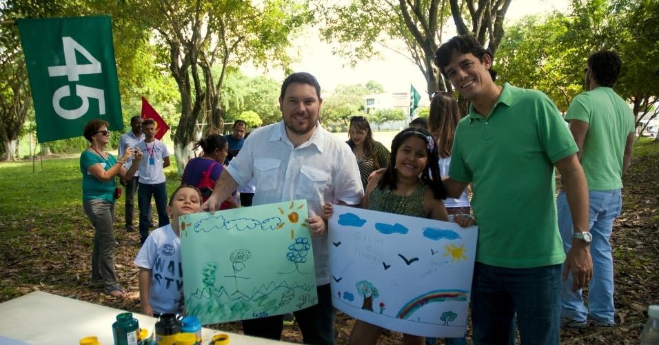 7.jul.2012 - Candidato do PSDB à Prefeitura do Recife, Daniel Coelho (de verde), teve como primeiro ato de campanha uma trilha ecológica na Mata do Engenho Uchôa, na zona oeste da capital pernambucana