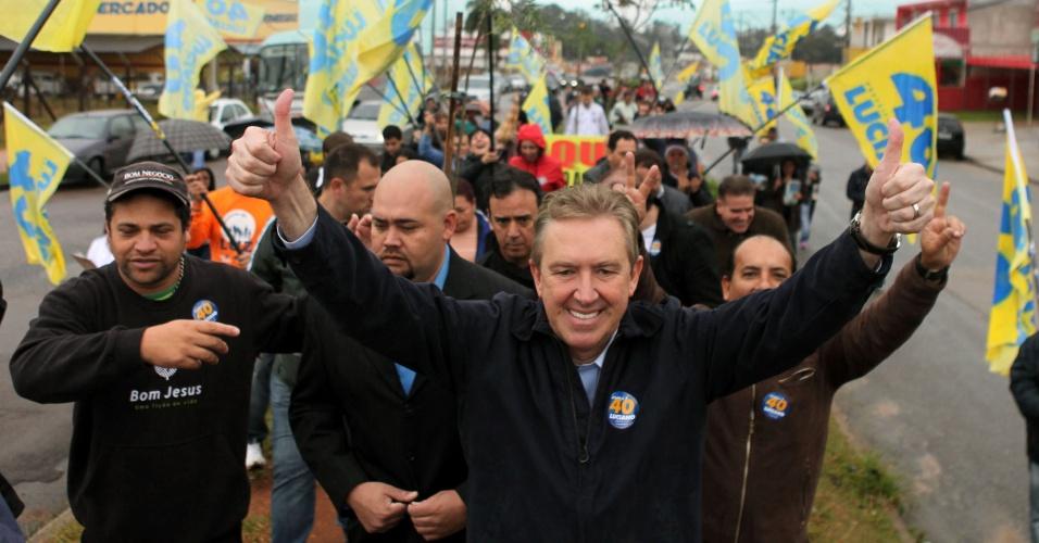 7.jul.2012 - Prefeito de Curitiba e candidato à reeleição pelo PSB, Luciano Ducci, inicia sua campanha com uma caminhada pelo comércio da Cidade Industrial de Curitiba (CIC)