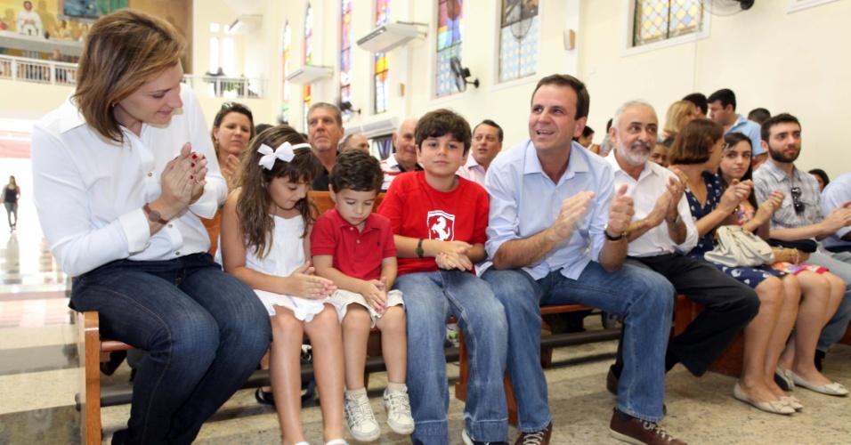 7.jul.2012 - Prefeito do Rio de Janeiro e candidato à reeleição pelo PMDB, Eduardo Paes, inicia sua campanha assistindo a uma missa na Igreja de São Jorge, em Quintino