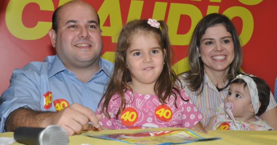 7.jul.2012 - Roberto Cláudio, candidato à Prefeitura de Fortaleza pelo PSB, participa do evento de lançamento de sua campanha, realizado em um hotel da capital cearense, ao lado da mulher e das três filhas