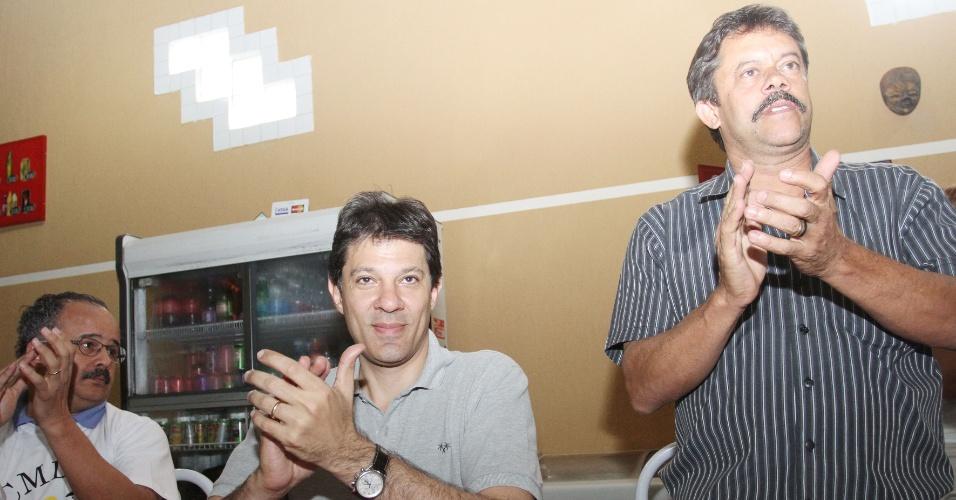 7.jul.2012 - Candidato do PT à Prefeitura de São Paulo, Fernando Haddad, participa de almoço em Guaianazes, na zona leste da capital, ao lado do deputado federal Vicente Cândito (à esq.) e o ex-vereador Beto Custódio (à dir.)