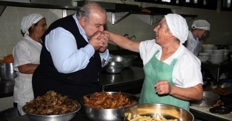 7.jul.2012 - Rafael Greca, candidato do PMDB à Prefeitura de Curitiba, visitou neste sábado (7) o restaurante Cascatinha, o mais antigo do bairro gastronômico de Santa Felicidade