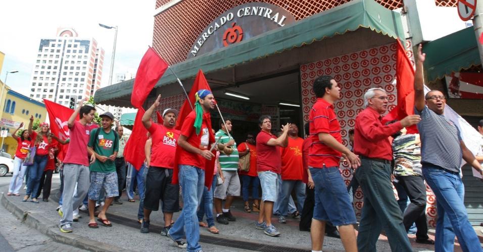 8.jul.2010 - Militantes e simpatizantes da candidatura de Patrus Ananias (PT) à Prefeitura de Belo Horizonte, caminham em volta do mercado central da cidade.