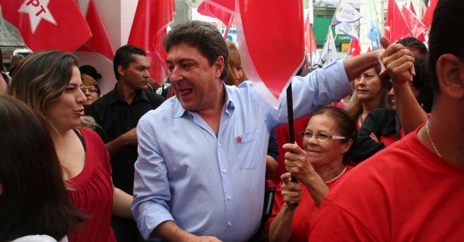8.jul.2012 - Candidato à Prefeitura de Santo André (SP) pelo PT, Carlos Grana, faz caminhada pelo calçadão de Santo André