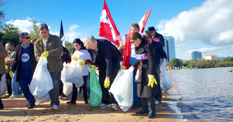 8.jul.2012 - Candidato à reeleição pelo PDT em Porto Alegre, José Fortunati, participa de ato para a limpeza da orla do Rio Guaíba