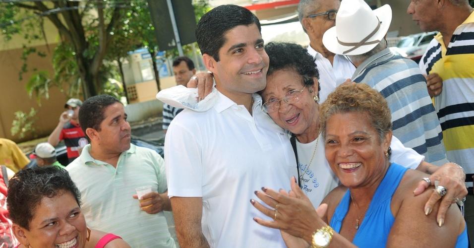 8.jul.2012 - Candidato do DEM à Prefeitura de Salvador, ACM Neto, faz caminhada com eleitores pelo bairro de Nazaré na manhã deste domingo (8)