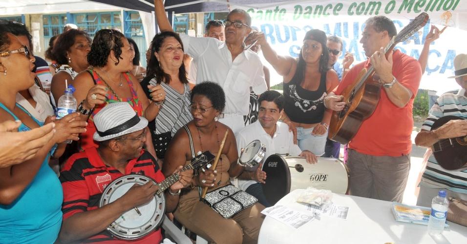 8.jul.2012 - Candidato do DEM à Prefeitura de Salvador, ACM Neto, participa de uma roda de samba no Largo de Nazaré na tarde deste domingo (8)