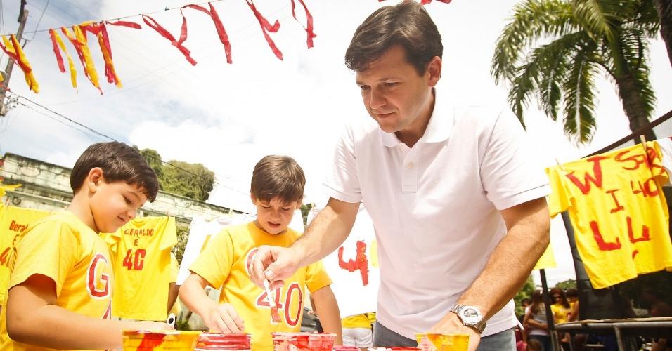 """8,jul.2012 - Geraldo Julio, candidato do PSB à Prefeitura do Recife, participa de um ato chamado """"pintando um novo Recife"""" no bairro do Poço da Panela na manhã deste domingo (8)"""