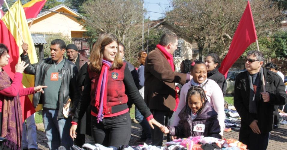 8.jul.2012 - Manuela D'Ávila, candidata do PC do B à Prefeitura de Porto Alegre, faz caminhada pelo bairro da Vila Cruzeiro