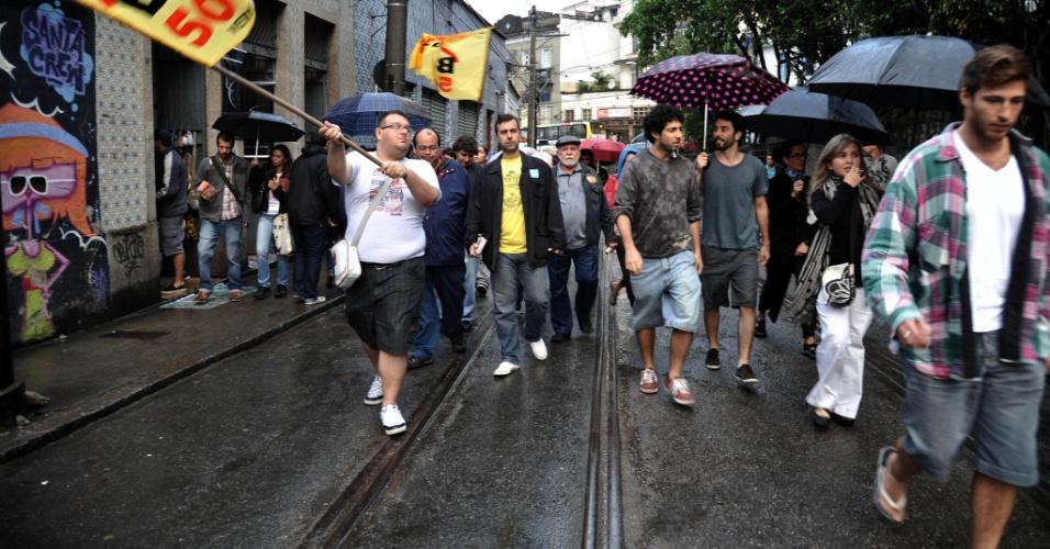 8.jul.2012 - Marcelo Freixo (no centro, de camiseta amarela e blusa preta), candidato do PSOL à Prefeitura do Rio de Janeiro, faz caminhada para inaugurar comitê de sua campanha no bairro de Santa Tereza