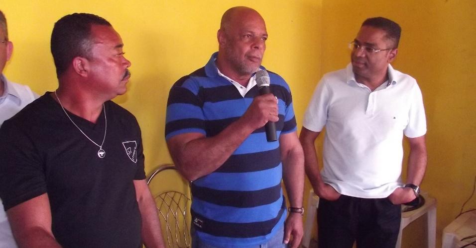 8.jul.2012 - Márcio Marinho, candidato do PRB à Prefeitura de Salvador, participa de encontro com componentes da Associação de Pescadores da Comunidade de Tubarão