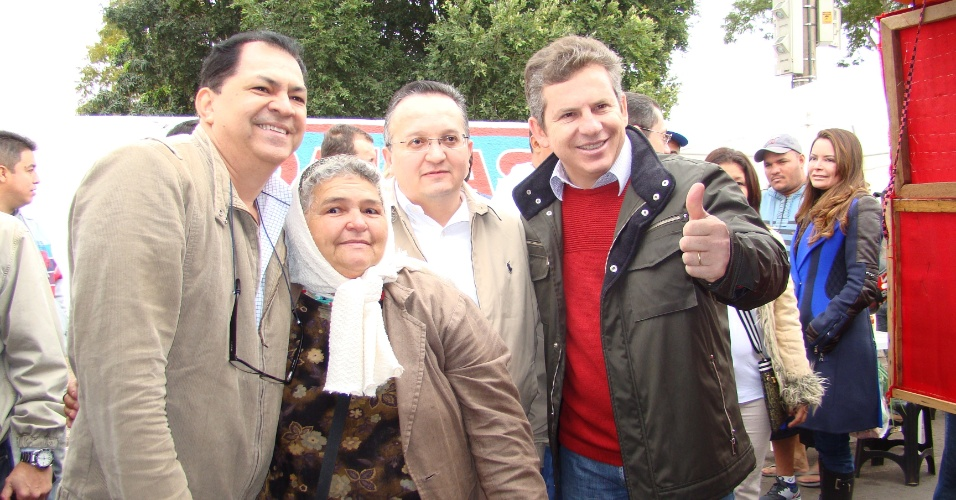 8.jul.2012 - Mauro Mendes (à dir), candidato do PSB à Prefeitura de Cuiabá, abraça eleitores durante caminhada em feira livre na capital mato-grossense