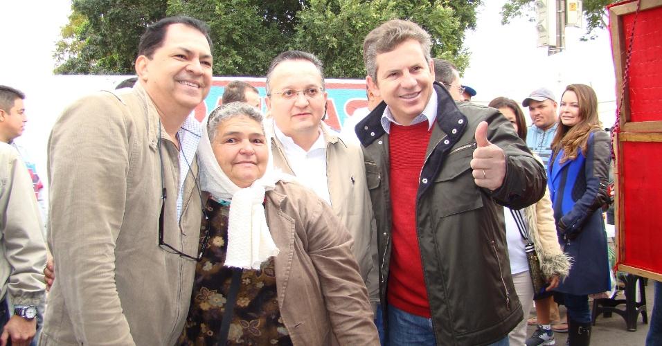 8.jul.2012 - Mauro Mendes (à dir.), candidato do PSB à Prefeitura de Cuiabá, participa de caminhada nas feiras dos bairros CPA e Pedra 90, no início da manhã deste domingo (8)