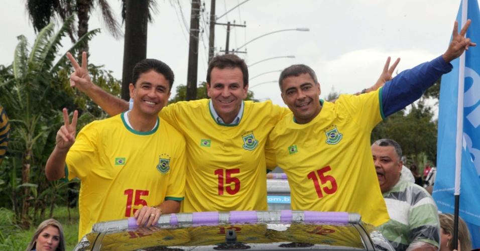8.jul.2012 - Prefeito do Rio de Janeiro e candidato à reeleição pelo PMDB, Eduardo Paes (no meio), faz carreata pela zona oeste da cidade acompanhado dos ex-jogadores Bebeto (à esq.) e Romário (à dir.)