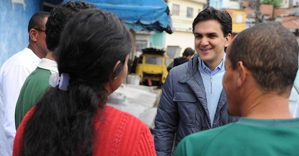 7.jul.2012 - Gabriel Chalita, candidato do PMDB à Prefeitura de São Paulo, visita a comunidade de Cangaíba, no bairro da Penha, zona leste de São Paulo