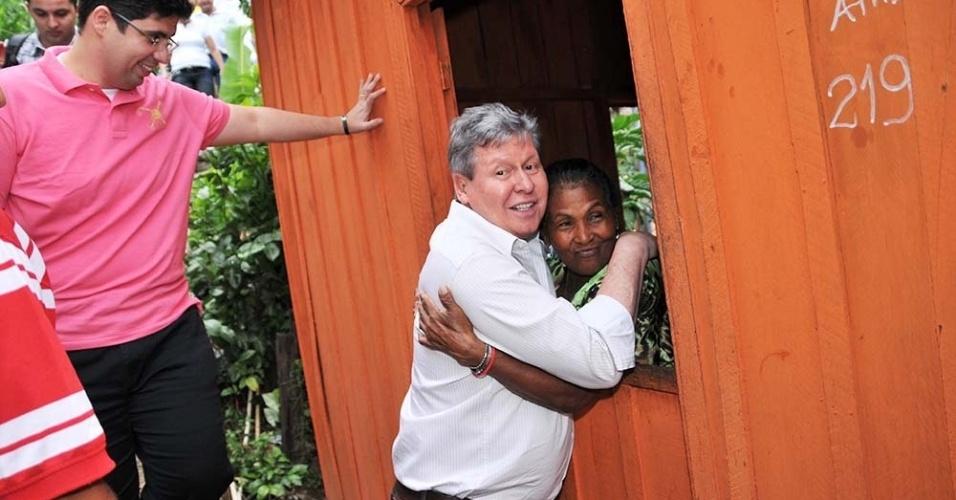 8.jul.2012 - Arthur Virgílio, candidato do PSDB à Prefeitura de Manaus, visita o bairro de Educandos, zona central da capital amazonense