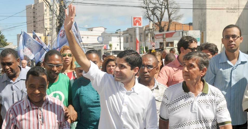 9.jul.2012 - ACM Neto, candidato do DEM à Prefeitura de Salvador, faz caminhada pelo bairro de Brotas, região central da capital baiana