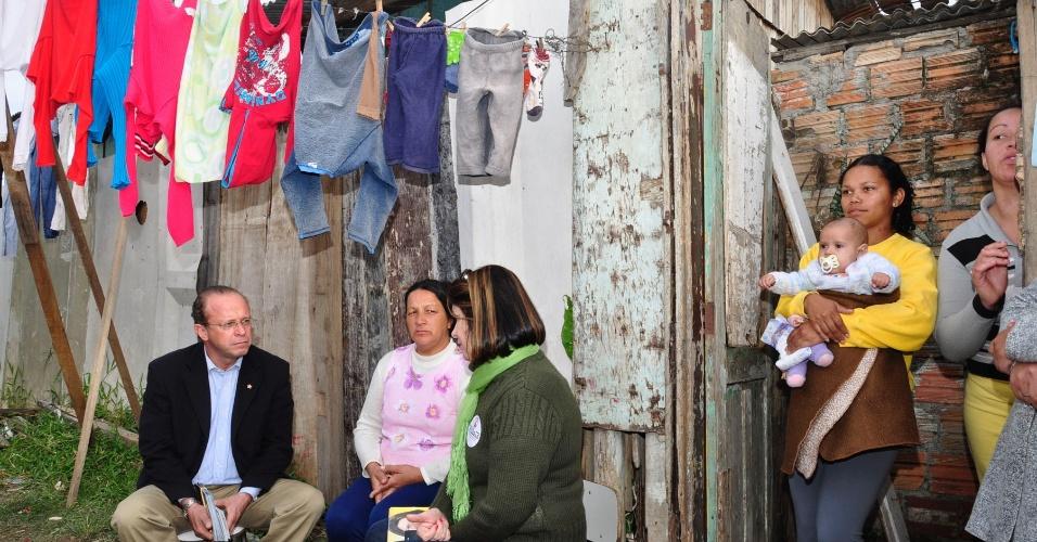 9.jul.2012 - Adão Villaverde, candidato do PT à Prefeitura de Porto Alegre, conversa com moradores da Vila A J Renner, no bairro de Humaitá, zona norte da capital gaúcha