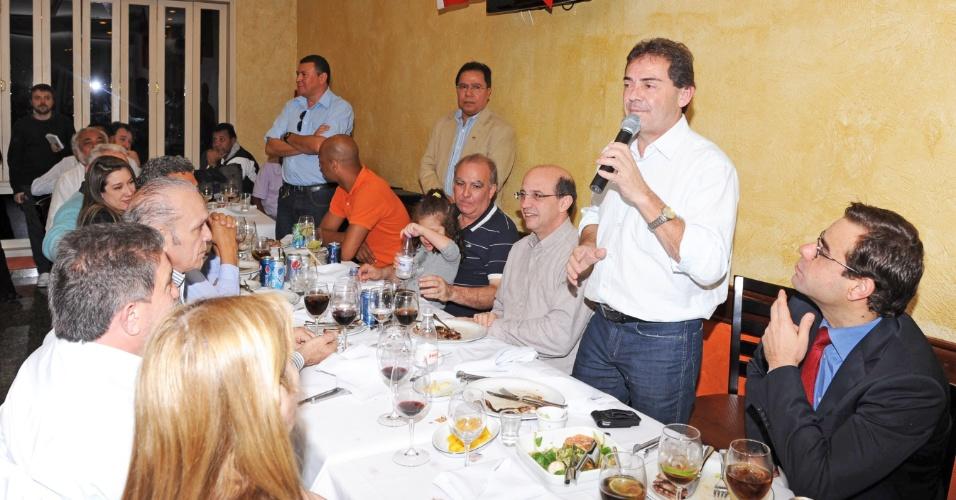 9.jul.2012 - Candidato do PDT à Prefeitura de São Paulo, Paulinho da Força, participa de almoço com militantes no bairro do Paraíso, zona sul da cidade, ao lado do ministro do Trabalho, Brizola Neto (à dir.)