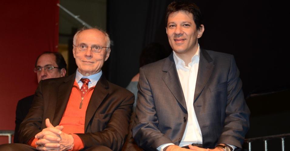 9.jul.2012 - Fernando Haddad (à dir.), candidato do PT à Prefeitura de São Paulo, aparece ao lado do senador Eduardo Suplicy (PT-SP) durante o 11º Congresso Nacional da CUT (Central Única dos Trabalhadores), realizado em centro de eventos na zona sul da capital paulista