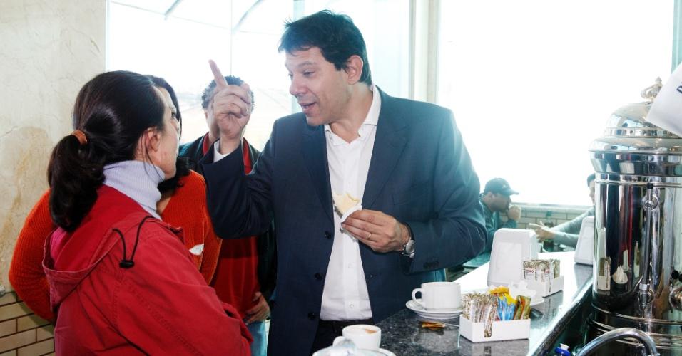 9.jul.2012 - Fernando Haddad, candidato pelo PT à Prefeitura de São Paulo, toma café em uma padaria da zona leste da capital