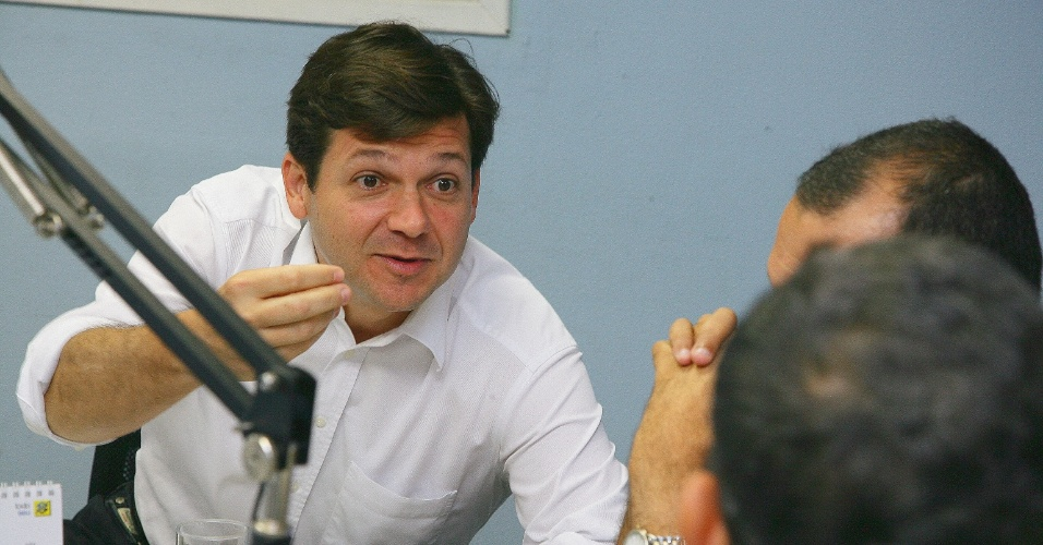 """9.jul.2012 - Geraldo Júlio, candidato do PSB à Prefeitura do Recife, concede entrevista à """"Rádio Olinda"""" na manhã desta segunda-feira (9)"""
