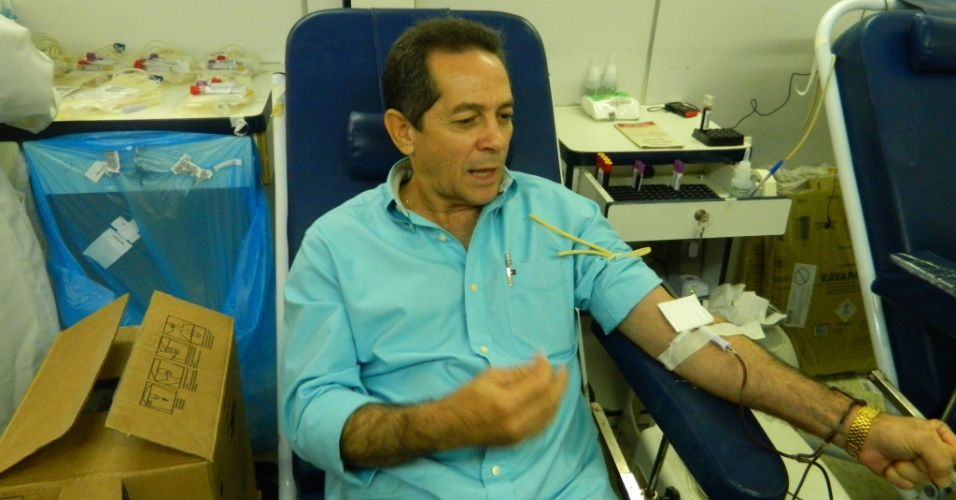 10.jul.2012 - Candidato do PDT à Prefeitura de Fortaleza, Heitor Férrer, visitou o Centro de Hematologia e Hemoterapia do Ceará na manhã desta terça-feira (10) e aproveitou a ocasião para doar sangue