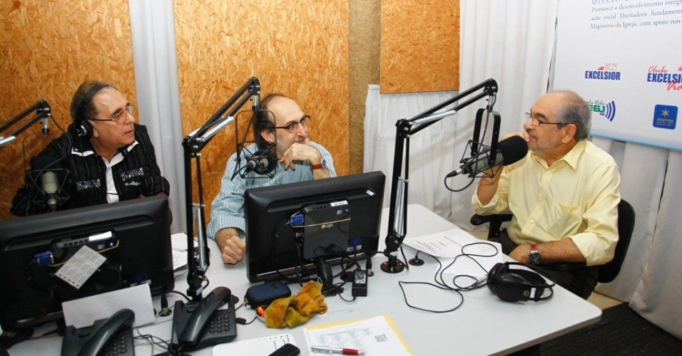 """10.jul,2012 - Candidato do PMDB à Prefeitura de Salvador, Mário Kértesz, concede entrevista à rádio """"Excelsior"""" na manhã desta terça-feira (10)"""
