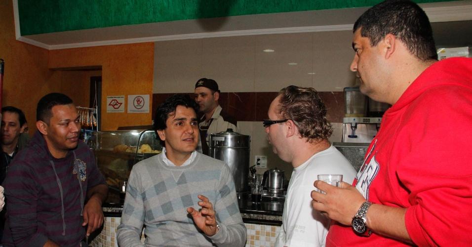 10.jul.2012 - Candidato do PMDB à Prefeitura de São Paulo, Gabriel Chalita, toma café em uma padaria no bairro Real Parque, zona sul da capital paulista