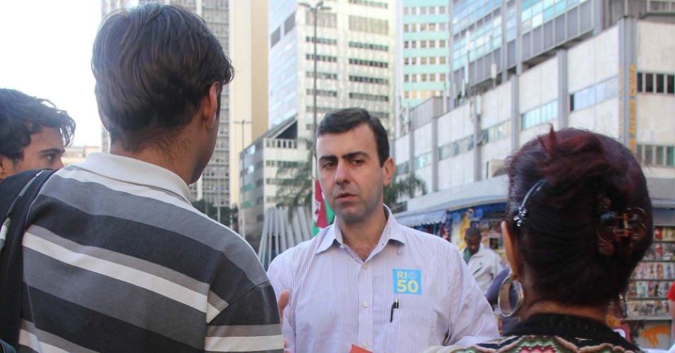 10.jul.2012 - Candidato do PSOL à Prefeitura do Rio de Janeiro, Marcelo Freixo, faz campanha no Largo da Carioca, centro da capital fluminense
