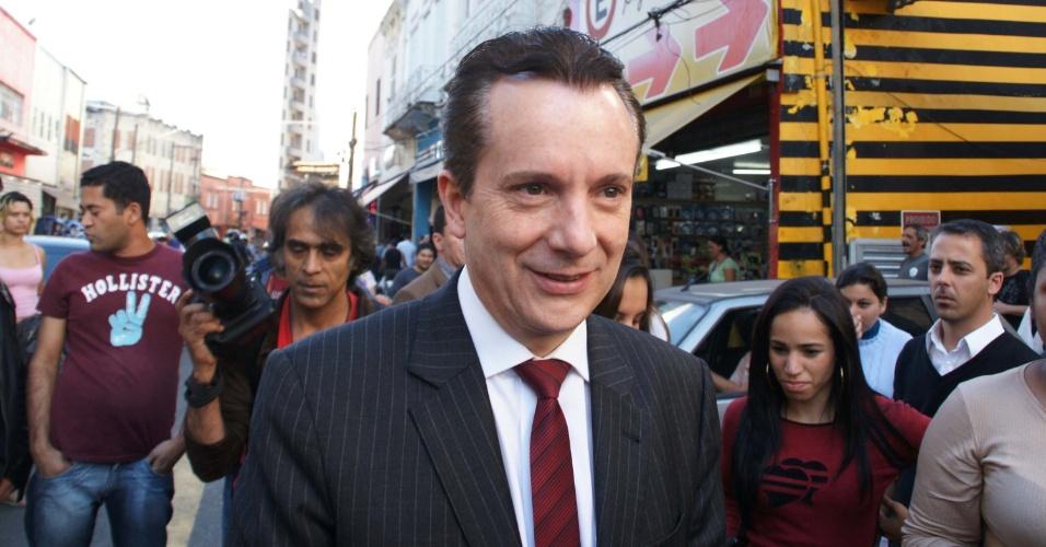 10.jul.2012 - Celso Russomanno, candidato do PRB à Prefeitura de São Paulo, caminha pelo comércio na rua 25 de Março, no centro da cidade