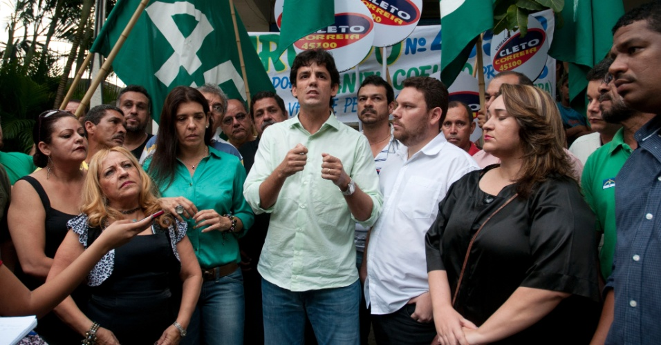 10.jul.2012 - Daniel Coelho, candidato do PSDB à Prefeitura do Recife, faz campanha no Centro Social Urbano Bido Krause, no bairro do Totó, zona oeste da capital pernambucana