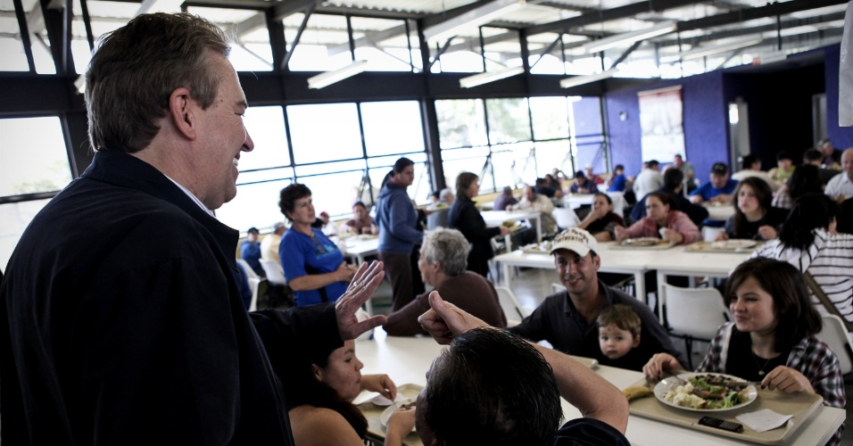 10.jul.2012 - Luciano Ducci, candidato à reeleição pelo PSB em Curitiba, faz campanha no restaurante popular do bairro Sítio Cercado, na zona sul da capital paranaense