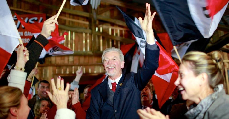 10.jul.2012 - O prefeito de Porto Alegre José Fortunati (PDT) participou nesta terça-feira de um evento do PTB, um dos nove partidos da coligação que apoia sua candidatura à reeleição