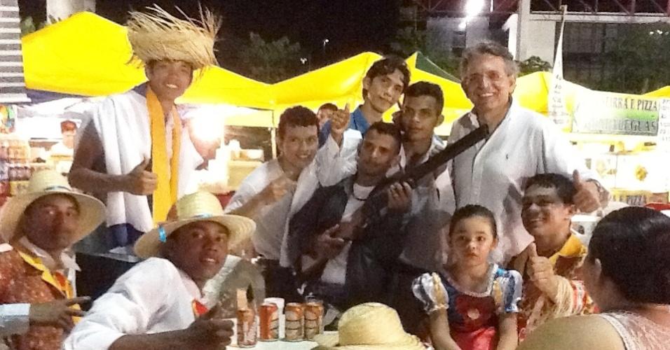 9.jul.2012 - Candidato do DEM à Prefeitura de Manaus, Pauderney Avelino, visita o Festival Folclórico da capital amazonense