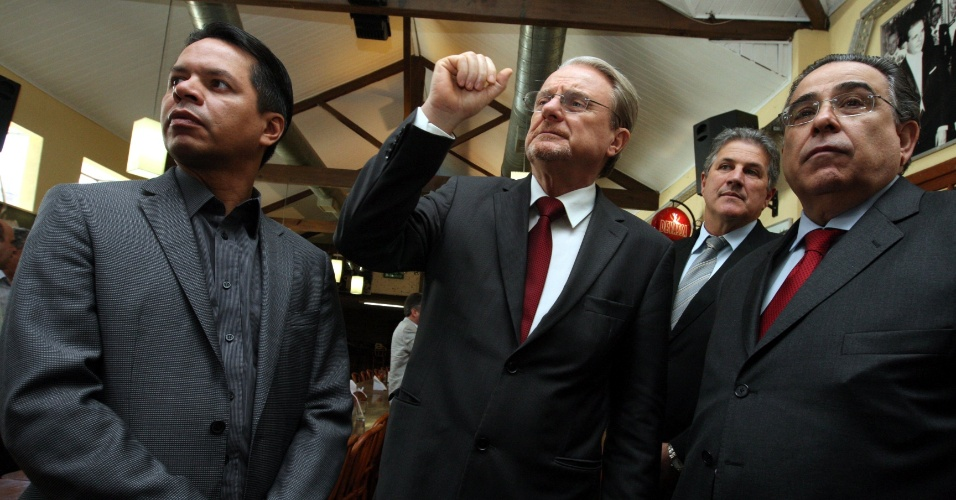 9.jul.2012 - Marcio Lacerda, candidato à reeleição pelo PSB em Belo Horizonte, participa de almoço com lideranças de partidos aliados. Da esquerda para a direta, o deputado estadual Carlos Henrique (PRB), Marcio Lacerda, o deputado federal João Leite (PSDB) e o deputado estadual Alberto Pinto Coelho (PP)